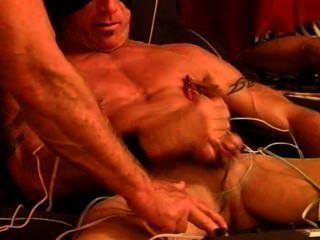 cbt electrostim auf meinem reifen muskulös und hängte Knospe mit cum.