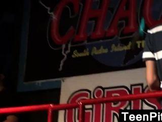 Teenager-Mädchen Titten in der Öffentlichkeit