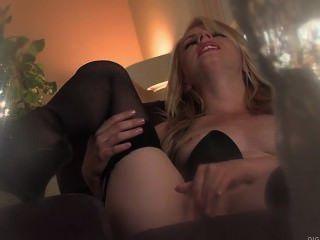 sexy Blondine Lexi Belle fickt ihre Muschi