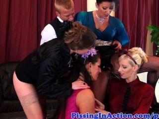 vier Glam-Pisse-Liebhaber und ihre Butler