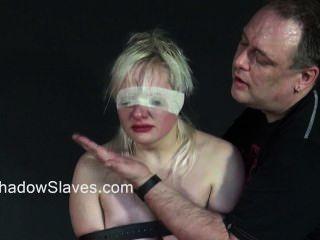 blonde teen Sklavinnen rau Orgasmus und in Käfigen gehalten Schlagen von jungen Amateur-sub