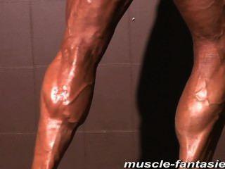 reifen Muskel Monster sue zeigt ihre harte veiny Körper weg