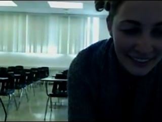 Brünette caugh in öffentlichen Klassenzimmer
