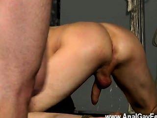 erstaunlich Homosexuell Szene ist der Mann mit seiner behaglichen Spalt geschnallt rechts