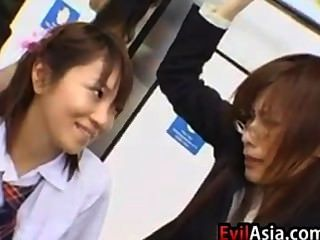 Asiatische Schülerin und Lehrer