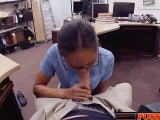 heiße Krankenschwester schluckt Hahn für Bargeld