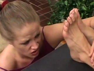 Mädchen vergöttert ihre Bosse schmutzigen Füße