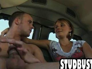 großen Schwanz Stud bekommt rasiert Arsch in einem Van gefickt