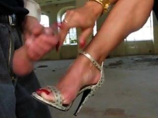 Dame ewa bekommt Sperma auf ihren Füßen