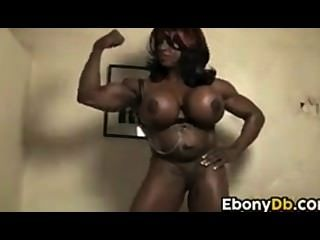 muskulösen Ebenholz Küken mit großen Titten