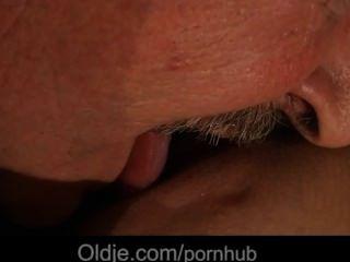 Glück alter Mann würzig durch seine fürsorgliche junges Mädchen gefickt