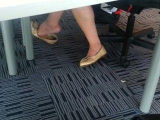 offen asiatische Teenager Shoeplay baumelnden Füße in der Bibliothek