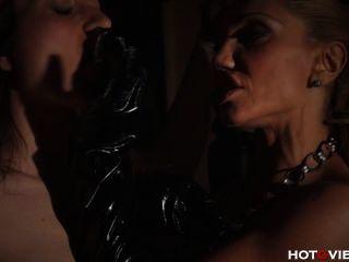 Leder Mutter Prügel und Finger ihren Sklaven ficken