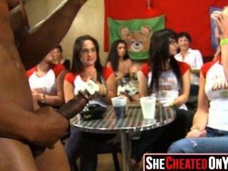 11 Stripperinnen erhalten bei cfnm Sex-Party 10 geblasen