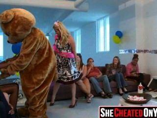 14 Stripperinnen erhalten bei cfnm Sex-Party 54 geblasen