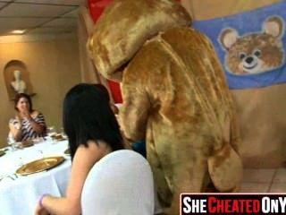 68 Stripperinnen erhalten bei cfnm Sex-Party 42 geblasen