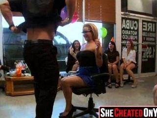 28 Stripper erhalten bei cfnm Sex-Party 26 geblasen