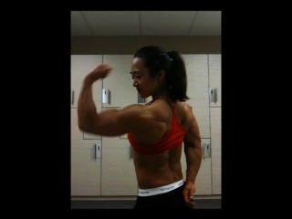 riesigen asiatischen weiblichen Muskelspiel