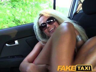 faketaxi blonde Milf mit einem großen Esel will Party machen