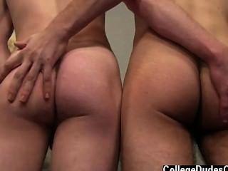 Homosexuell xxx riler weg von zaden klettert und legt sich auf das Bett als zaden bekommt