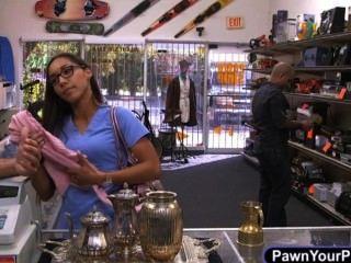 Krankenschwester stopft ihr Höschen in ihre Muschi sie mit Duft zu verkaufen