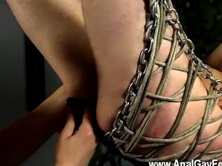 Homosexuell xxx Aiden ist mit verbundenen Augen und schwingen, in die Eisen Schlinge trussed