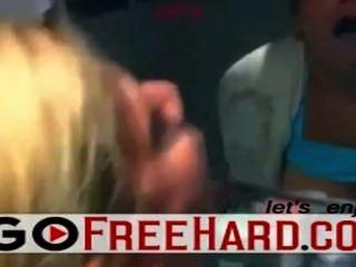 blonde Mädchen, das ihre Zähne nach einer guten abspritzen putzen.