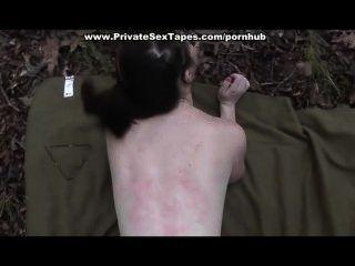gefickt und Sperma schoss seine Freundin im Wald