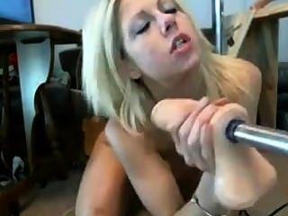 dumme Blondine durch Fickmaschine gefickt Cutie Kehle