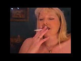 Milf Rauchen Rauchen und das Rauchen und Cums auf einem sybian