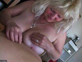 alte große fette Frau Oma hat Spaß