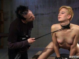 Ingwer Sexsklavin wird ausgepeitscht und zu seinem Vergnügen geprügelt