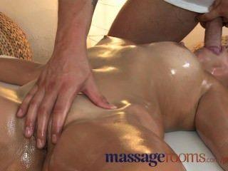 Massageräume zierliche Brünette bekommt ihre enge Loch von jüngeren Stud gefickt