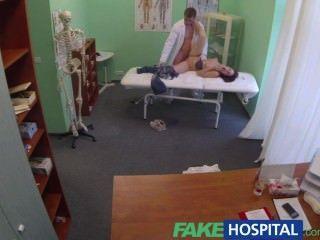 fakehospital Arzt bekommt Bälle tief mit bisexuellen Patienten während Freund