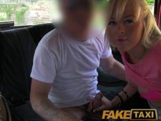 faketaxi hübsche blonde britische Babe bekommt Fahrer auf ihre kahlen Pussy cum