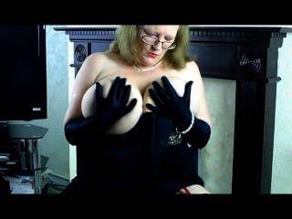 reifen sally in Abendkleid und langen schwarzen Handschuhen.