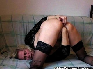 perverse Omas in ihre Faust schieben