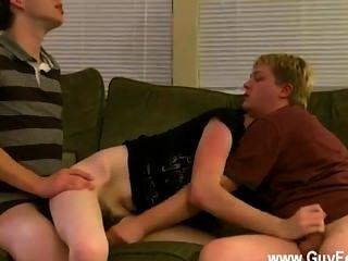 nackte Kerle aron, kyle und James sind auf der Couch drapiert und prepped