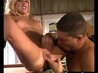 sexy blonde Mädchen in den Hintern gefickt