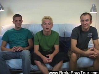 Homosexuell Orgie, nachdem er kam, er saß nur Art zurück und entspannt, dass zu wissen,