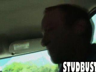 Amateur-Stud bekommt von einem großen Schwanz in einem Van gefickt ass