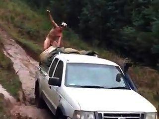 gerade Hinterwäldler Auto nackt im Schlamm zu fahren.