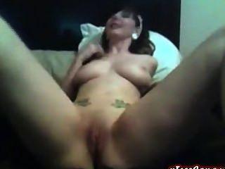 super hot tattood Babe mit großen Titten fickt ihre Muschi