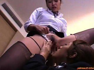 Stewardess geleckt und gefingert, während sie von anderen Stewardess in der ho stehenden