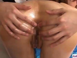 asiatisches Mädchen mit der Masseuse küssen ihr Arschloch geleckt und fingere