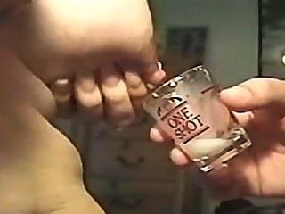laktierenden in ein Schnapsglas (angefragt)