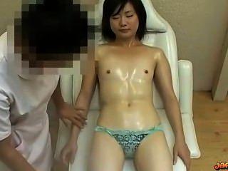 Asiatin mit kleinen Titten massiert Muschi angeregt mit Vibrator auf der ma
