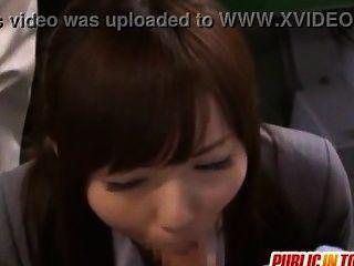 Japanische niedliche Mädchen Yuuna genießt Sex in der Öffentlichkeit japan-adult.com/pornh~~rcmod