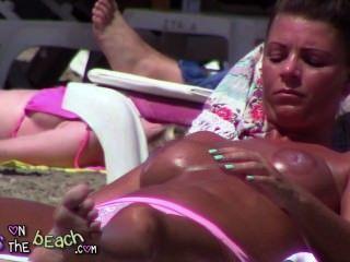 große gefälschte Brüste auf der Liege Verzunderung und Reiben Öl in massiven Titten