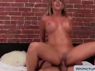 Samantha Saint bekommt ihr Gesicht und durchbohrte Pussy gefickt